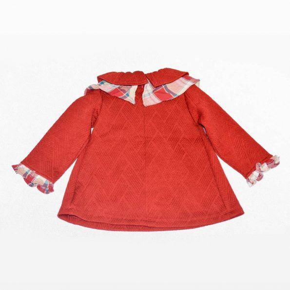 vestido rojo tras